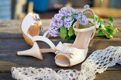 在桌上的婚礼鞋子 库存图片