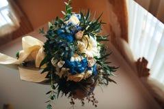 在桌上的婚姻的明亮的花束 花束新娘新娘新郎现有量 免版税库存照片