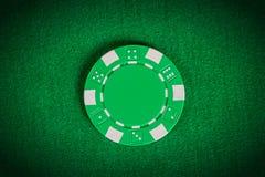 在桌上的宏观绿色纸牌筹码 免版税库存图片
