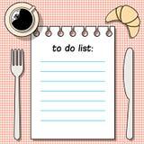 在桌上的对做名单用咖啡、新月形面包、叉子和刀子 皇族释放例证