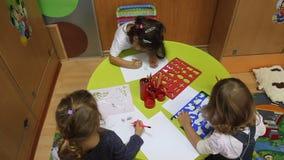 画在桌上的小女孩 库存照片