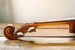 在桌上的小提琴 图库摄影