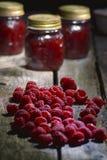 在桌上的山莓果酱 库存图片