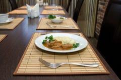 在桌上的工作午餐在餐馆和利器 图库摄影