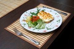 在桌上的工作午餐在餐馆和利器 免版税库存图片