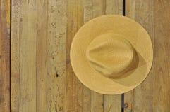 在桌上的布朗草帽 免版税库存照片