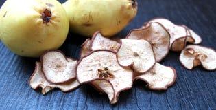 在桌上的干梨切片 免版税库存图片