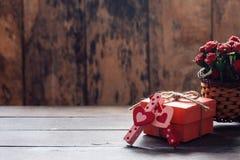 在桌上的心形和礼物 免版税库存图片