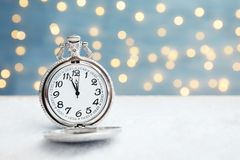 在桌上的怀表反对被弄脏的光 christmas countdown 图库摄影