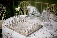 在桌上的总白色棋 免版税库存图片
