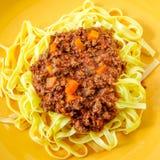 在桌上的意大利肉调味汁面团 图库摄影