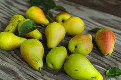 在桌上的成熟梨 库存照片