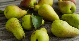 在桌上的成熟梨 免版税库存图片