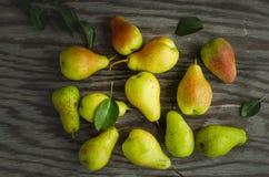 在桌上的成熟梨 免版税库存照片