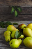 在桌上的成熟梨 库存图片