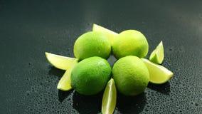 在桌上的成熟绿色石灰 股票录像