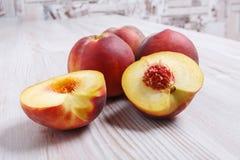 在桌上的成熟水多的桃子 库存照片
