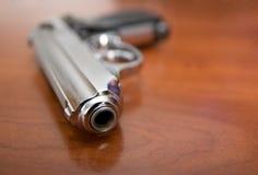 在桌上的手枪 免版税图库摄影