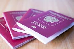 在桌上的护照 免版税库存图片