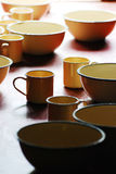 在桌上的搪瓷器皿 免版税图库摄影