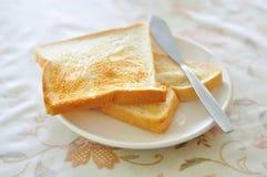 在桌上的敬酒的面包 免版税库存图片