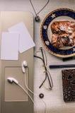 在桌上的整洁地被堆积的事 库存图片