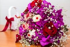 在桌上的新娘花束 免版税图库摄影