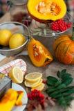 在桌上的新有机切片柠檬和南瓜 生物健康食物 库存照片
