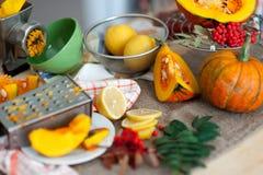 在桌上的新有机切片柠檬和南瓜 生物健康食物 免版税库存照片