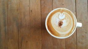 在桌上的新鲜的咖啡,在老木的咖啡杯顶视图 免版税图库摄影