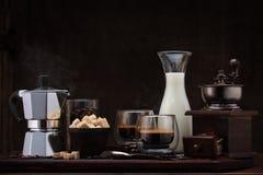 在桌上的新鲜的咖啡 免版税库存照片
