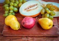 在桌上的新鲜的成熟果子 免版税库存图片