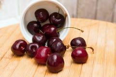 在桌上的新鲜的成熟樱桃 免版税库存照片