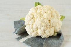 在桌上的新鲜的未加工的花椰菜 免版税库存图片