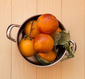 在桌上的新鲜的桔子 免版税图库摄影