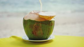 在桌上的新鲜的椰子鸡尾酒在海滩餐馆 慢的行动 1920x1080 股票视频