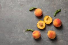 在桌上的新鲜的甜桃子 免版税库存照片