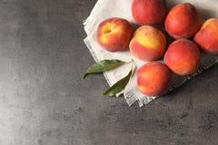 在桌上的新鲜的甜桃子 免版税库存图片