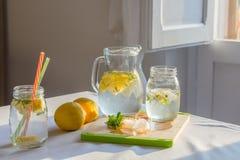 在桌上的新鲜的自创柠檬水用柠檬、薄菏和冰 免版税库存图片