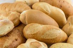 在桌上的新鲜的芬芳面包 面包店食物 免版税库存图片
