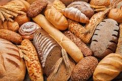 在桌上的新鲜的芬芳面包 库存图片