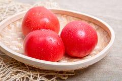 在桌上的新鲜的蕃茄 免版税库存照片
