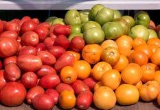 在桌上的新鲜的被采摘的蕃茄外面在农夫市场上 免版税库存图片