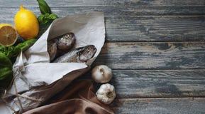 在桌上的新鲜的鳟鱼 免版税库存图片
