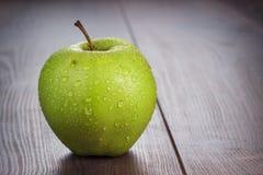 在桌上的新鲜的绿色苹果 免版税库存照片