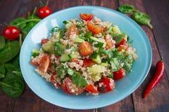 在桌上的新鲜蔬菜沙拉 免版税库存照片