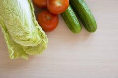 在桌上的新鲜蔬菜 免版税库存照片