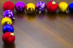 在桌上的新年` s多彩多姿的圣诞节球 免版税库存照片