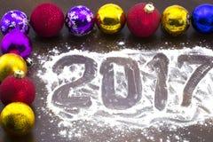 在桌上的新年` s多彩多姿的圣诞节球 免版税图库摄影