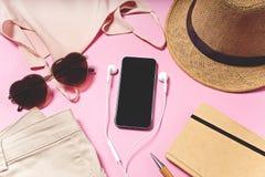 在桌上的旅行和假期项目 平的位置 图库摄影